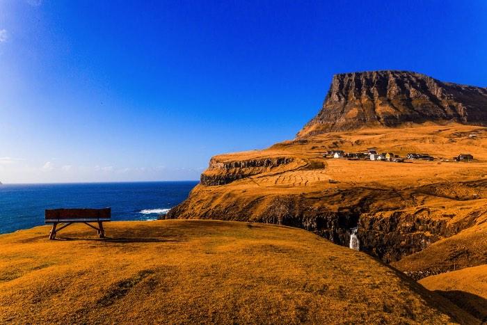 Na parte oeste da ilha de Vágar, nas Ilhas Faroe, é onde você vai encontrar Gásadalur. Essa pequena vila parece ser um dos lugares mais bonitos que a fotógrafa brasileira Marcela Faé já visitou com seu blog de viagem. O local é famoso pela presença de uma cachoeira que parece vir de lugar algum e cai diretamente no oceano criando assim um visual de contos de fadas.