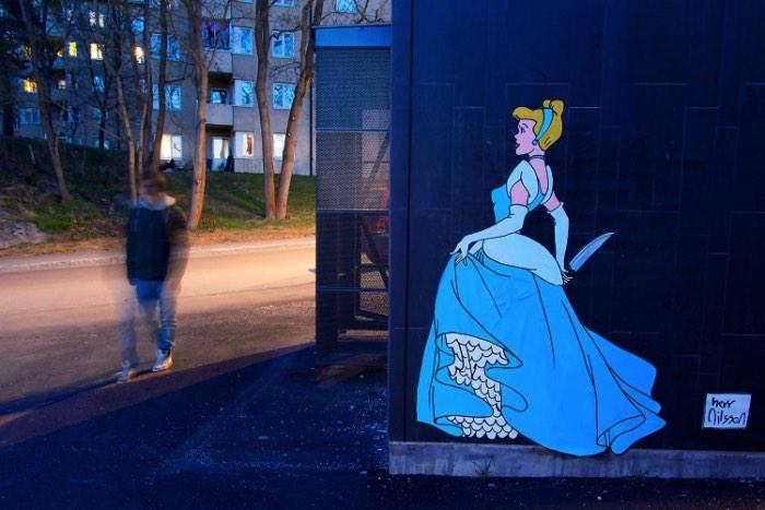 Quando pensamos na Disney e nas suas princesas, não a vemos usando facas e armas mas é isso que o artista sueco Herr Nilsson enxergou quando resolveu repensar o papel desses personagens. Você pode ver algumas dessas criações pelas ruas de Estocolomo, capital da Suécia, onde o artista mora e trabalha.