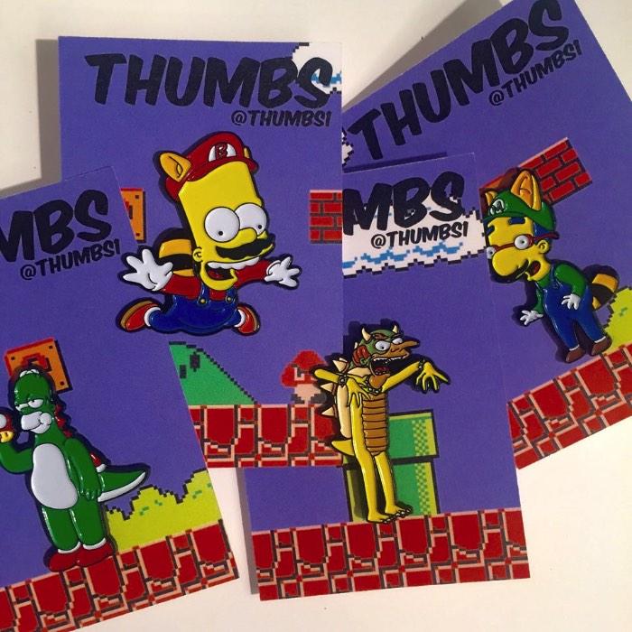 """Gosto de ver mashups e remixes de séries, personagens e filmes. Gosto de ver eles se tornando algo diferente, com um visual interessante e com uma referência cultural ainda maior. Foi isso que me chamou a atenção nas ilustrações do Nick """"Thumbs"""" Thompson que conheci por acidente no instragam. O trabalho de design gráfico e ilustração desse britânico mistura Simpsons com outros desenhos, séries e filmes e, dessa forma, acaba criando algo muito mais interessante."""