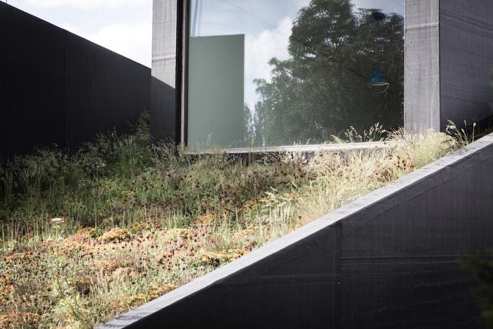 Uma Casa Semi Subterrânea na Bélgica - O escritório de arquitetura belga OYO, baseado na cidade de Ghent, recebeu uma carta branca que acabou gerando uma residência ambientalmente amigável, sustentável e todas essas coisas. Essa casa recebeu o nome de House Pibo e você pode ver todos os detalhes dela logo abaixo.
