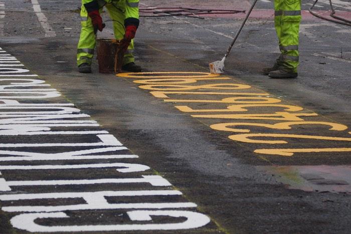 """Roadliners é um registro visual do dia a dia de Tommy """"Tam"""" Lilley que pinta as ruas da Escócia há mais de 18 anos. O curto documentário mostra um mundo que não é visto sempre e como funciona o processo de pintura de todas essas marcas e sinais que vemos pelas ruas."""
