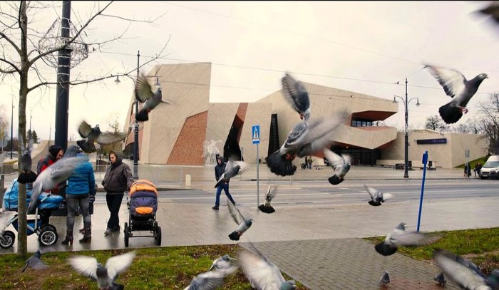 Baseado no Tenerife, o arquiteto Fernando Menis é o responsável pelo visual fenomenal da CKK Jordanki, sala de concertos feita usando pedaços de tijolos, lá em Torún, na Polônia.