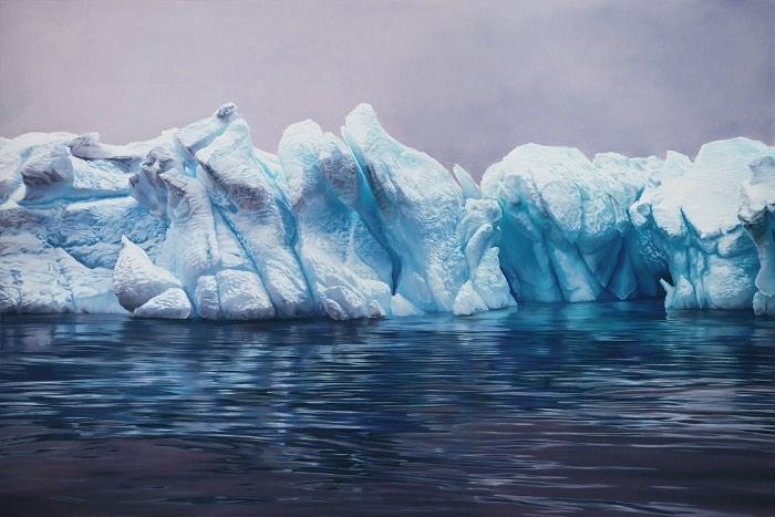 Quando vi o trabalho de Zaria Forman pela primeira vez, eu tinha certeza de que estava olhando uma fotografia. Mas eu estava errado. Foi assim que descobri as incríveis e super detalhadas pinturas da artista. Obras essas que ela realiza pintando com os dedos e que foram feitas para registrar as profundas mudanças que estão acontecendo em regiões muito afetadas pelo aquecimento global. Groenlândia, Ilhas Maldivas, Antártica; esses são alguns dos locais que a artista visitou para observar e registrar o gelo, as ondas e a água que você vai poder ver nas imagens nesse artigo.