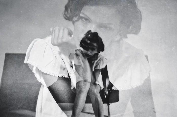 Charis Kirchheimer é uma fotógrafa americana baseada em San Diego cujo trabalho é famoso por capturar uma sensualidade crual, muitas vezes misteriosa, onírica e sem medo. Apesar do seu interesse em fotografia ter começado bem cedo, foi apenas em 2008 que ela resolveu abraçar a câmera como trabalho. Foi assim que ela foi parar na noite de Miami, fotografando os artistas da cidade com uma visão de quem está observando uma cena crescendo.