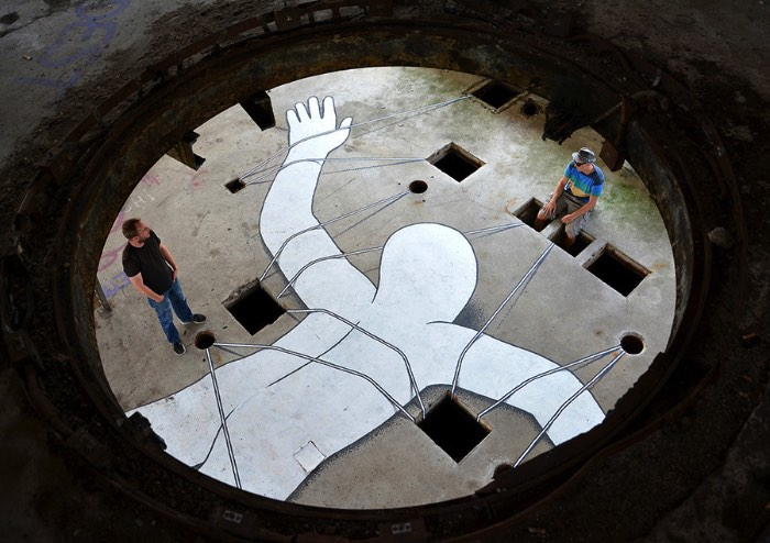 Baseado em Rotterdam, o ilustrador e artista Daan Botlek cria personagens e objetos geométricos que parecem quebrar as regras da gravidade e da perspectiva. As ilustrações que você poderá ver logo abaixo são feitas usando muita tinta e canetas posca e suas composições são vívidas e repletas de detalhes. Além de seus personagens, figuras sem rosto que andam pelo mundo e que, muitas vezes, interagem com essas formas como se eles fizessem parte de um mesmo mundo.