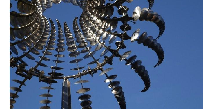 Existe algo quase alienígena na forma com a qual as esculturas criadas por Anthony Howe se movem. Seus movimentos são tão fluídos que me lembram formas de vida metálicas capturas de alguma forma estranha.