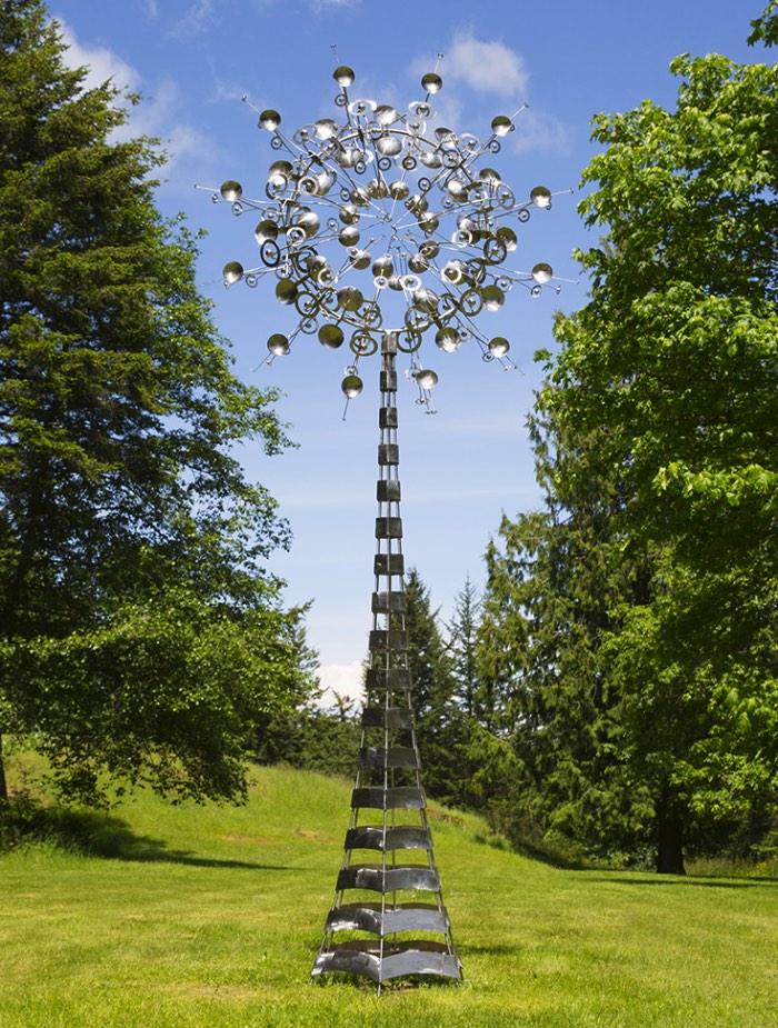 Existe algo quase alienígena na forma com a qual as esculturas criadas por Anthony Howe se movem. Seus movimentos são tão fluídos que me lembram formas de vida metálicas capturadas de alguma forma estranha.