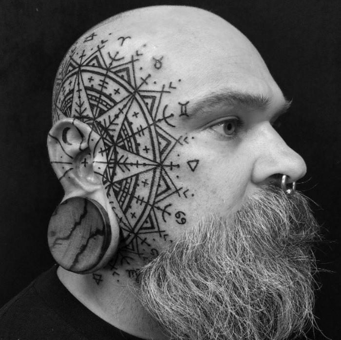 Watson Atkinson desenvolveu inúmeros estilos de tatuagem, usando apenas a cor preta, através de muitos anos e com base na alquimia, na geometria sagrada, nos círculos criados por alienígenas nos campos do mundo e nas tradições folclóricas que ele viu pelo mundo. É assim que ele contribui para o crescimento do mundo da tatuagem. Através de uma busca perpétua e progressiva em direção a algo novo e a uma colaboração com pessoas.