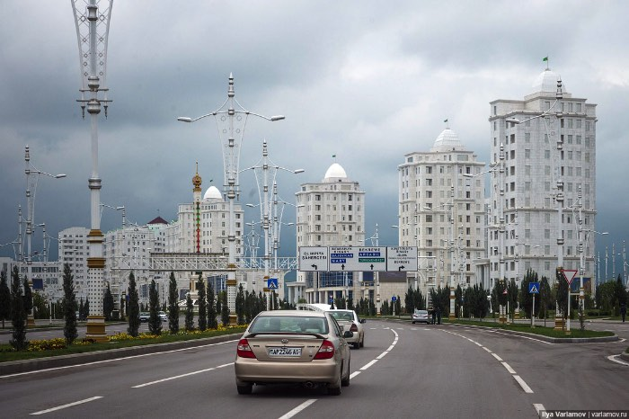 Uma das primeiras coisas que você vai perceber nas primeiras fotos nesse post é a falta de pessoas nas ruas. É, nas ruas dessa cidade coberta de mármore branco, pessoas praticamente não existem. Você pode ver prédios enormes, cobertos de mármore e de neon, parques, fontes e tudo mais que você pode ver na capital de uma país. Você só não vai encontrar pessoas. E isso acontece por que Ashgabat é dividida entre cidade nova e cidade velha. Uma delas é feita para as pessoas e a outra não.