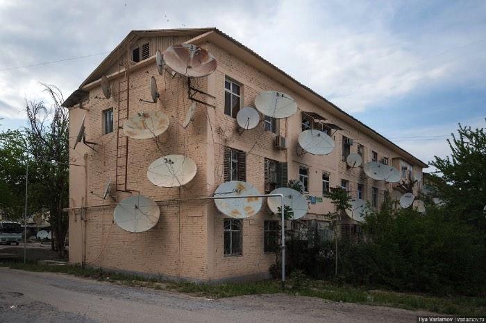 Já a parte antiga da cidade, um dos loucos locais que sobreviveu ao terremoto de 1948, parece uma Ashgabat normal. Uma cidade com um visual pós soviético onde pessoas andam pelas ruas e fazem compras nas lojas que estão por lá. Uma pena que, parece que, esses prédios vão acabar sendo demolidos para continuar a construção da Ashgabat de mármore branco.
