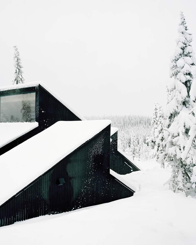 Cabin Vindheim é o nome da residência assinada pelo Estúdio Vardehaugen e inspirada pelo clássico visual da casa coberta de neve.