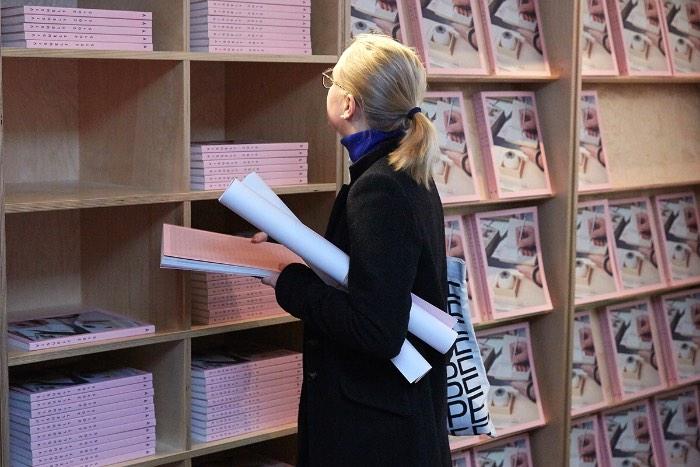 Visuelt é como é conhecido a premiação de Design que acontece todos os anos na Noruega, um dos maiores eventos de comunicação visual de toda a Escandinávia. O evento em si acontece em dois dias cheios de seminários, competições criativas, uma premiação do melhores trabalhos do ano e uma exposição final com tudo que aconteceu nesses dias. Não conhecia nada sobre essa premiação norueguesa até me deparar com o belíssimo trabalho de identidade visual do designer Ludvig Bruneau Rossow.