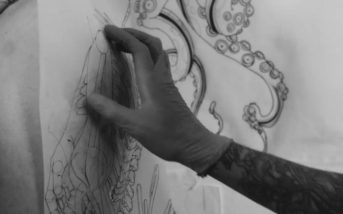 Frederico Rabelo e Freda?o Oliveira são grandes tatuadores do cenário brasileiro de arte corporal e eles resolveram elevar seus trabalhos para novos patamares quando pensaram em fazer uma colaboração artística. Foi assim que surgiu o material que você pode ver no vídeo logo abaixo.
