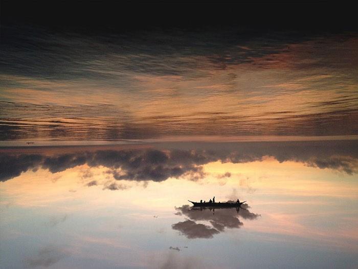 Observar o trabalho de manipulação de perspectivas na fotografia de Laurent Rosset é uma experiência surreal. Afinal, nas imagens que ela cria, paisagens se dobram para criar ondas geográficas que crescem em direção ao céu e que lembram um pouco o filme Inception e as fotografias de Aydin Buyuktas.