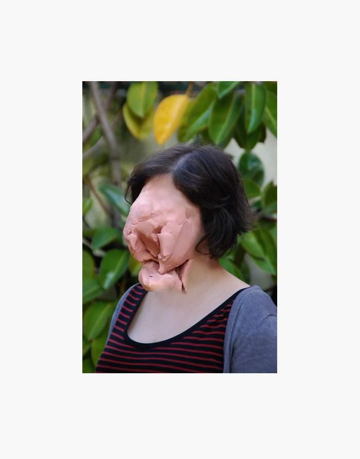 Blocos de massinha cor da pele são colocados no rosto de pessoas e acabam criando um visual que mistura fotografia e escultura de um jeito bem bizarro. Esse é o projeto artístico de José Cardoso que fica fácil de descrever se você pensar que as imagens nesse artigo são máscaras de massinha.