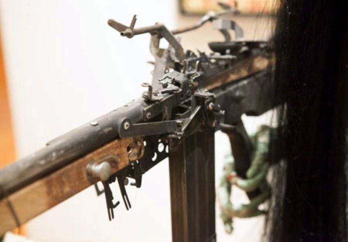 Armas são perigosas e o mundo parece não conseguir definir direito o que quer fazer com elas. Ai entra o artista Ravi Zupa que resolve confundir todo mundo ainda mais através de esculturas de armas feitas com pedaços de máquinas de escrever. De uma forma ou de outra, ele mostra que a caneta é mais forte do que a espada. Só que de um jeito mais moderno.