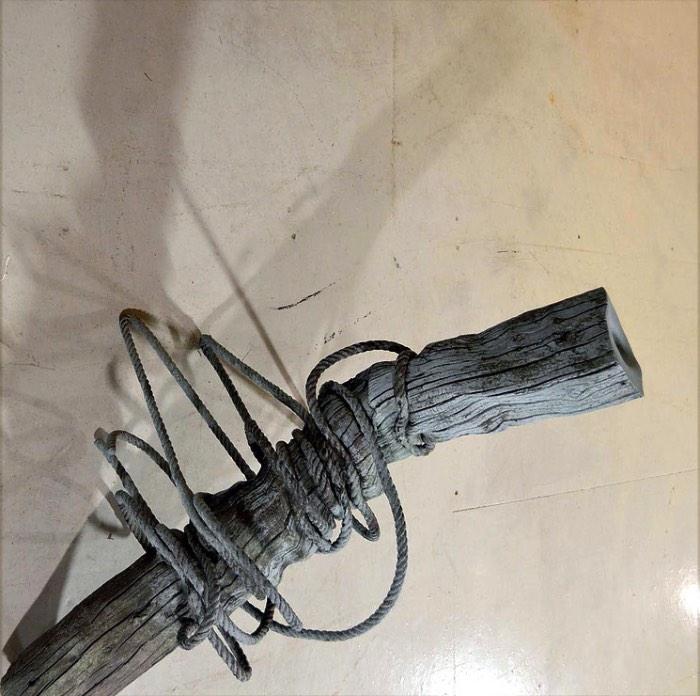 Romain Langlois é um artista contemporâneo auto-didata baseado em La Côte Martin, na França. É de lá que ele trabalha com esculturas que manipulam os elementos naturais. Esculturas essas que usam do bronze para questionar e alterar a percepção que temos da vida, da morte e do mundo ao nosso redor. O artista usado de métodos complexos para controlar a petrificação rápida e a cristalização de madeira e outros materiais e é assim que ele acaba alterando a forma com a qual vemos as coisas.