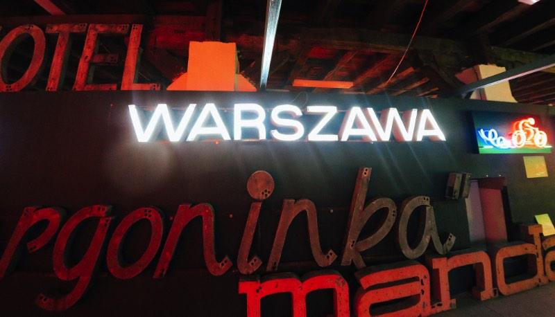 Neon Museum é o nome oficial desse museu dedicado a preservação e documentação do neon que existia pelas ruas da Polônia durante os anos do comunismo e da Guerra Fria. E, você vê que eles estão fazendo isso muito bem quando anda pelos corredores do museum do neon e aprende sobre onde essas sinalizações existiam, quando elas apareceram por lá e muito mais da história de cada uma das peças.