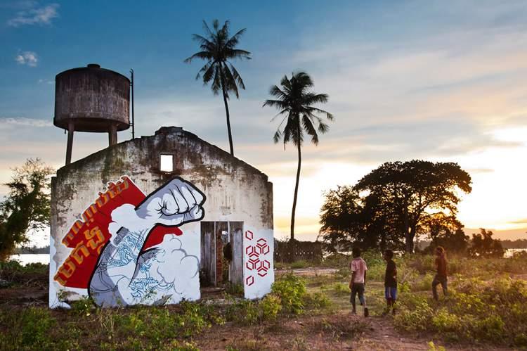 Chifumi Krohom é o nome de um artista de rua francês que mora no Camboja há, pelo menos, uns três anos. Seu nome é inspirado no jogo pedra, papel e tesoura e quer misturar um pouco de simbolismo, bom humor e sincretismo. É lá do Sudeste Asiático que ele cria intervenções urbanas inspiradas pelo passado do país. Vários dos elementos que você vai poder ver nos murais que ele espalha pelo Camboja usam de padrões gráficos vistos em templos como os de Angkor Wat, outros elementos visuais são inspirados nas pagodas sagradas de Phnom Penh e outros vem dos lenços de seda que ele costuma encontrar nos mercados locais.