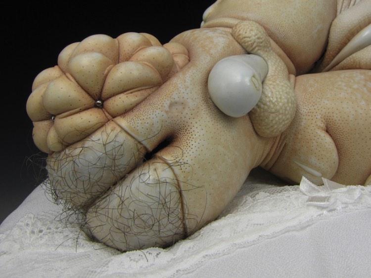 Ao observar a arte criada por Jason Briggs é fácil encontrar traços de referências sexuais que começam como abstratas mas que tomam formas figurativas. Afinal, os pequenos objetos de porcelana criados pelo artista ficam na fronteira entre o pornográfico e o erótico, com pitadas de surrealismo e abstração.