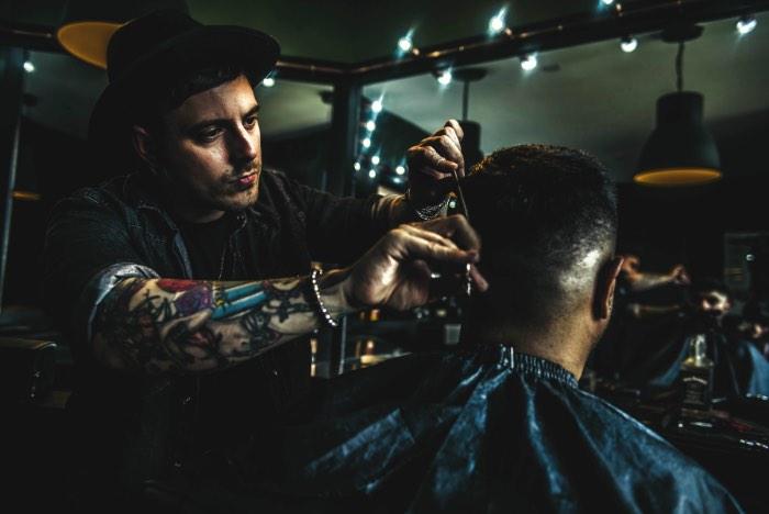 Chris Beasley é um designer gráfico e fotógrafo britânico baseado na região de West Midlands e cujo portfólio é repleto de fotografias mais que sensuais. Suas modelos são cobertas de tatuagens e parecem ter saído de um video de rock e, por isso mesmo, passei tempo demais olhando tudo que ele já fez.