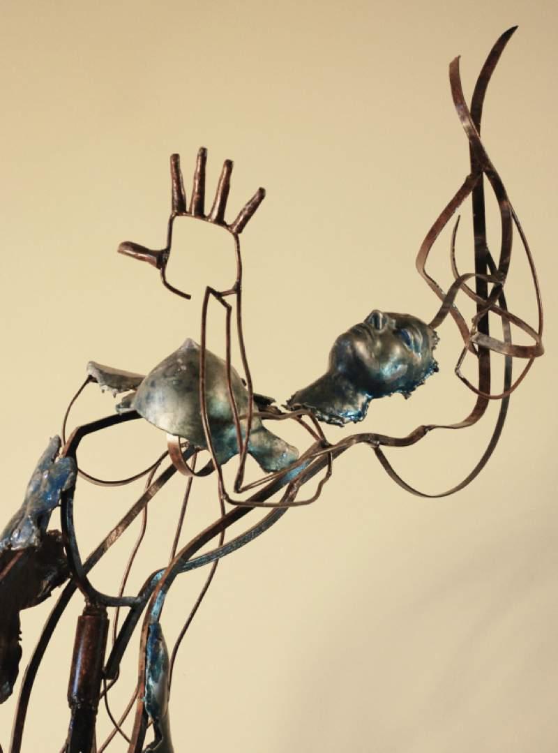 """Cameron Stalheim cria esculturas misturando técnicas e materiais que acabam se tornando objetos dignos de pesadelos. Foi isso que eu vi quando descobri seu trabalho com """"and then I saw Colby on the Street and my fantasy died"""" que é um homem sereia que parece estar dando seus últimos respiros antes de morrer."""