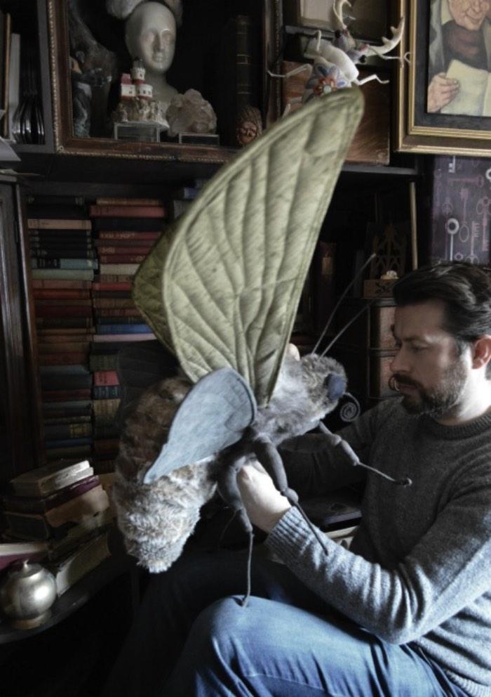 O trabalho de Mister Finch é meio complicado de categorizar. Isso acontece por que o que ele faz fica entre a escultura, a criação de animais de pelúcia e a costura. Afinal, ele cria grandes criaturas que parecem ter saído de livros de contos de fadas.