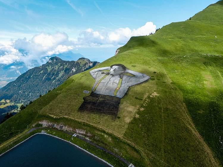 O artista conhecido como Saype acabou de completar uma das suas maiores obras de arte: um homem nas montanhas da Suíça. Ocupando mais de dez mil metros quadrados, a pintura ocupa as montanhas da região de Leysin, na Suíca e foi feita através da pintura da grama no local.