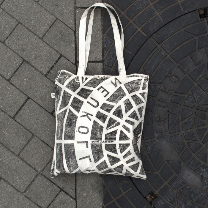 Raubdruckerin é o nome desse projeto de estamparia que usa de superfícies comuns pelas cidades do mundo para criar produtos bem interessantes. Eles usam muitos materiais diferentes mas, meus favoritos são aqueles feitos usando tampas de bueiro. Dessa forma, você acaba criando uma arte urbana direto nas suas roupas.