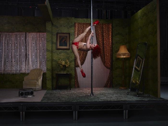 The Act é o nome dessa nova série de fotografias de Julia Fullerton-Batten onde ela explora e faz todos refletirem sobre a indústria do sexo através de imagens cinemáticas de mulheres usando seu corpo por dinheiro. Claro que todas as fotos abaixo não são muito bem recebidas no ambiente de trabalho e recebem o título de #NSFW sem pensar duas vezes.