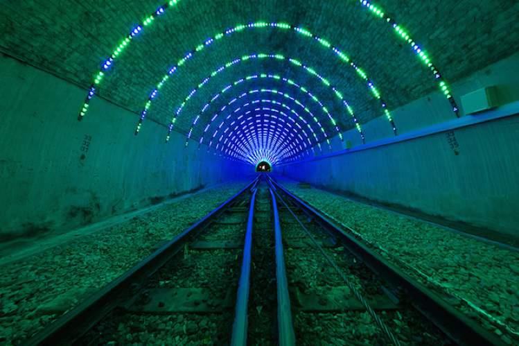 O designer Angus Muir é o responsável pelas imagens e pelo vídeo que você vai ver logo abaixo. Tudo isso por que ele transformou o túnel de um bonde em algo muito especial. A pedido da Wellington Cable Car Company, o designer transformou um túnel em uma instalação de arte repleta de luzes.