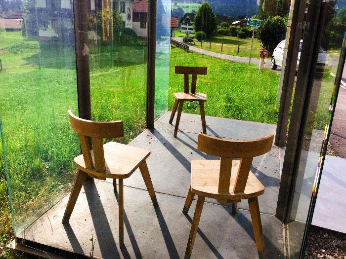 Os Pontos de Ônibus de Krumbach na Áustria - O primeiro ponto de ônibus que visitei quando estava procurando por essas sete obras da arquitetura foi aquele criado por Smiljan Radic. Seu projeto é simples e consiste de uma caixa de vidro com um teto de concreto preto e uma casa de passarinhos feita de madeira.