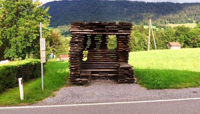 Os Pontos de Ônibus de Krumbach na Áustria - O pessoal do Ensamble Studio da Espanha criou um ponto de ônibus um pouco estranho e que parece um pouco fora do lugar. Isso por que o local parece com algo que vi todos os dias durante minha viagem a Vorarlberg. Afinal, a inspiração para esse ponto de ônibus veio da forma com a qual a madeira é empilhada para secar na região.