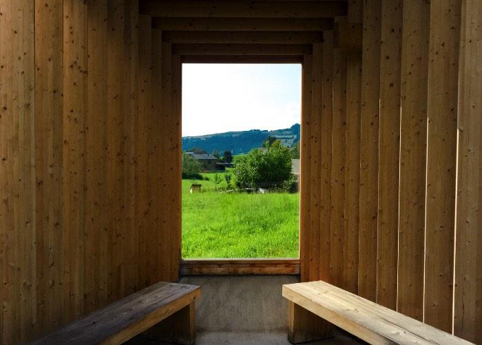 Wang Shu e Lu Wenyu do Amateur Architecture Studio criaram o meu ponto de ônibus favorito entre todos aqueles que vi em Krumbach. O conceito aqui é um pouco mais complicado do que o normal e envolve um abrigo de madeira com uma estrutura similar a de uma câmera obscura.