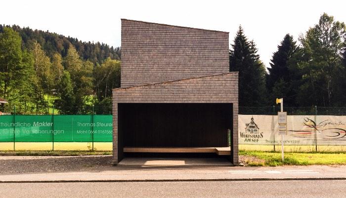 Os Pontos de Ônibus de Krumbach na Áustria - O pessoal do Rintala Eggertsson Architects criou algo que vive nas fronteiras da arte, do design e da arquitetura. O ponto de ônibus que eles construíram foi feito especialmente para o local que foi selecionado para eles e usa muito bem das peculiaridades do local.
