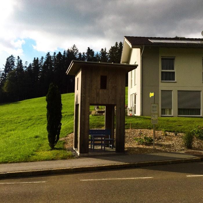 Os Pontos de Ônibus de Krumbach na Áustria - O ponto de ônibus criado pelo arquiteto russo Alexander Brodsky pode ser um dos menos interessantes de se ver. Mas, ele teve seus motivos. Afinal, o local que ele acabou recebendo para trabalhar fica no canto de um terreno onde uma família mora e eles não queriam nada que fosse muito estranho.