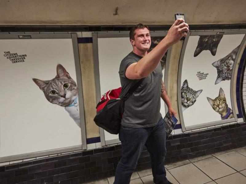Imagine entrar em uma estação de metrô e ver que todos os anúncios foram substituídos por fotos de gatos. É isso que você vai ver se chegar na estação de Clapham Common, no sul de Londres. Tudo isso faz parte de um projeto do Citizens Advertising Takeover Service (CATS) que surgiu no Kickstarter no início de ano e acabou se tornando realidade.