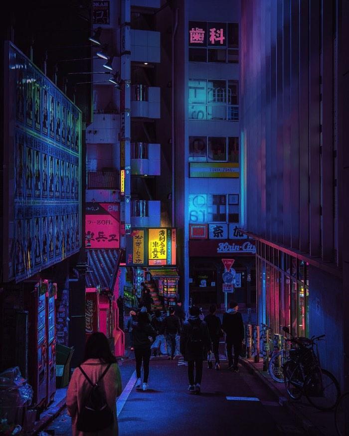 Liam Wong é um designer gráfico escocês e trabalha na Ubisoft de Montreal. Apesar de seu trabalho ser o design, seu portfolio de fotografia anda chamando mais atenção do que qualquer coisa que ele tenha feito previamente. E é tudo culpa de um projeto fotográfico que ele chamou de The beauty of Tokyo at night.