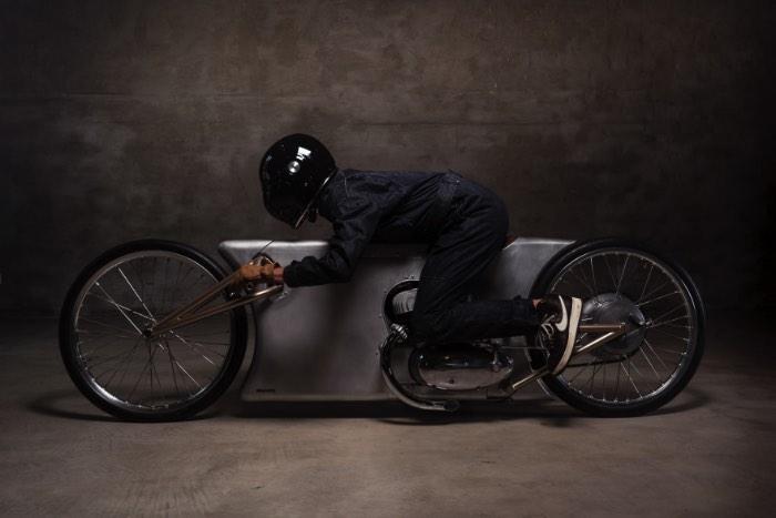 Easy é o nome dessa Motocicleta Ultra Minimalista cujas fotos você pode ver aqui. Criação da loja de motos aqui de Berlim conhecida como Urban Motors e só para participar do Glemseck 101, um festival de motos que existe na Alemanha com o foco total em motocicletas customizadas. O foco deles é participar da corrida conhecida como Essenza que é voltada para motos de dois cilindros e sem muitas frescuras.