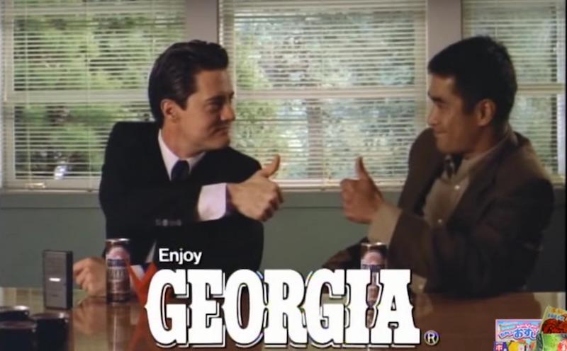 Se você já assistiu Twin Peaks, você sabe que fascinação que o Agente Especial Dale Cooper tem por café. Foi essa a premissa que o Georgia Coffee resolveu seguir quando chamou David Lynch para dirigir uma série de propagandas para a marca seguindo os princípios visuais da série. Além de continuar com a tradição japonesa de usar celebridades americanas para vender produtos locais no Japão.