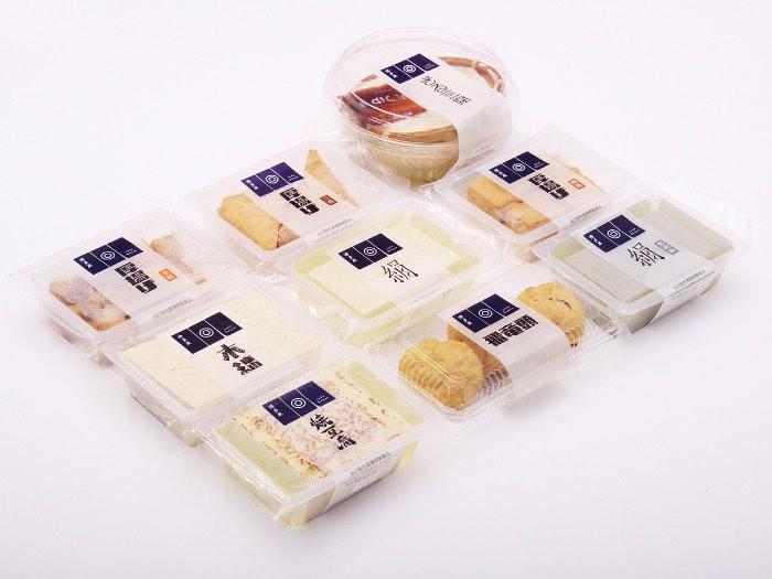 Tofu House é o nome de uma empresa que faz diferentes produtos feitos de tofu e que são vendidos por supermercados em Hong Kong. O pessoal da Blow recebeu a proposta de criar uma nova identidade visual para a marca e esse redesign também deveria incluir uma nova série de embalagens. Foi assim que começou o projeto que você vai poder ver nas imagens abaixo. A referência e a inspiração para a criação dessas embalagens veio do próprio tofu que, devido a suas diferentes texturas, acabou se tornando o mote para o redesign. Dessa forma, cada produto recebeu uma tipografia diferente, de acordo com a textura do tofu no mesmo.