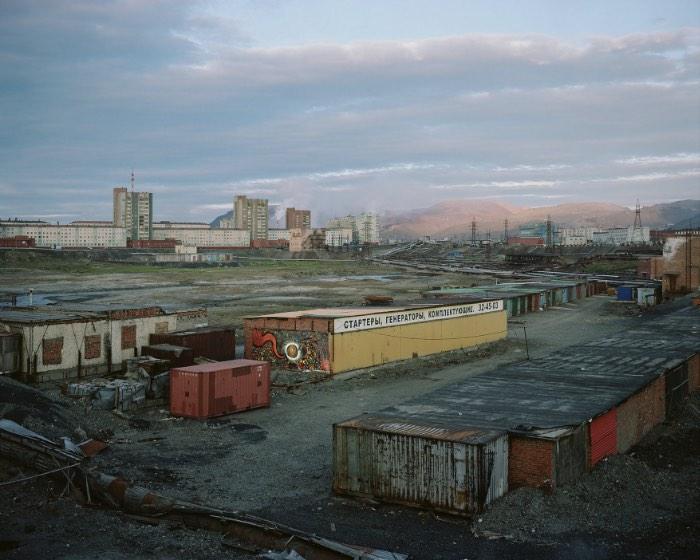 Norilsk é uma cidade russa localizada no norte da Sibéria, fazendo com que esse local seja uma das cidades mais ao norte do mundo. Mas não é só esse título que essa cidade carrega, ela também é um dos locais mais poluídos da Rússia como você vai poder ver nas fotos aqui nesse artigo. Norilsk está localizada em um dos maiores depósitos de níquel conhecidos na Terra. A cidade foi construída por prisioneiros políticos e de guerra na década da trinta, ainda na União Soviética e foi esse local que o fotógrafo Alexander Gronsky resolveu capturar com suas lentes e seus olhos.