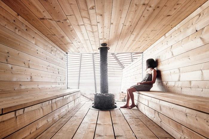 A região de Helsinki conhecida como Hernesaari anda passando por um forte desenvolvimento nos últimos anos. E foi lá que foi inaugurada umas das saunas mais bonitas que já vi na minha vida, a Loyly Sauna. A criação do escritório Avanto Architects surgiu no meio de um bairro que já foi conhecido pelas suas indústrias mas que, hoje em dia, anda se desenvolvendo como uma área urbana voltada para a comunidade local e o turismo.
