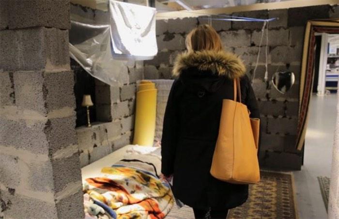 Dentro de uma Ikea na Noruega, você vai se deparar com um local que não combina muito com todas as cores que existem no local. É lá que você vai ver uma pequena parte da vida na Síria em uma réplica de uma casa de 25 metros quadrados perto de Damascus, capital da Síria.