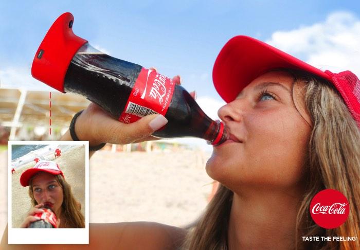 A Coca Cola sempre quer passar essa ideia de que cada momento que você passa bebendo o refrigerante vai ser o melhor momento da sua vida. Esse é, essencialmente, o conceito da marca e foi pensando nisso que me deparei com uma das ideias mais estúpidas que a publicidade mundial já colocou na minha frente: a Selfie Bottle.