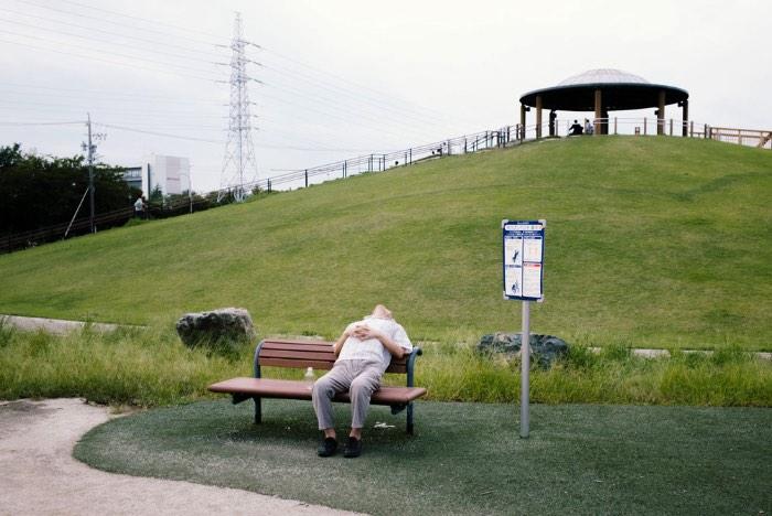 Em uma série de fotos chamada de Elimination Method, o fotógrafo japonês Mankichi Shinshi explora a solidão de indivíduos em fotografias espontâneas e em público. O que ele faz é que ele foca suas lentes em uma pessoa, um indivíduo no meio de um mundo de ações.