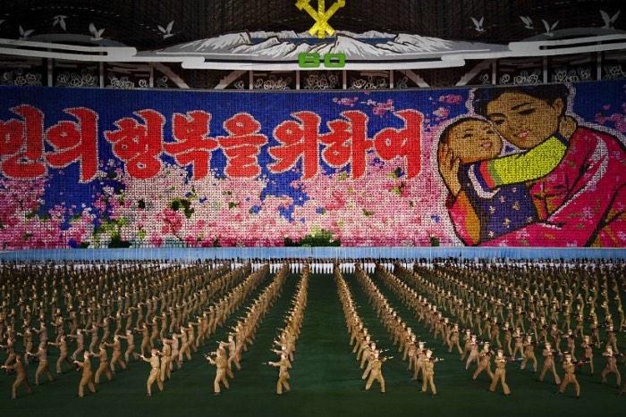 Arirang é o nome de uma música folclórica da Coréia do Norte, protegida com unhas e dentes pelo povo do país. Amada de um jeito tão forte que muitos a consideram como o hino não oficial do país. Philippe Chancel resolveu usar esse nome para uma série de fotos onde a Coréia do Norte mostra o que ela realmente é.