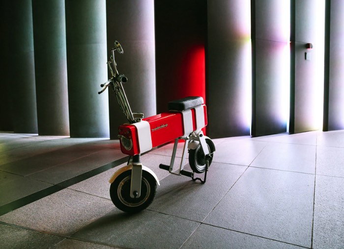 Motochimp é uma motocicleta elétrica tão pequena que ela parece ser de brinquedo. Faz parte do conceito visual desse novo lançamento da empresa chinesa Vanda Electrics e surgiu de um desenho criado por uma criança de 10 anos. A ideia era colocar um pouco do encanto infantil na rotina do dia a dia e tentar enxergar alguma coisa divertida nas ruas das grandes cidade do mundo.