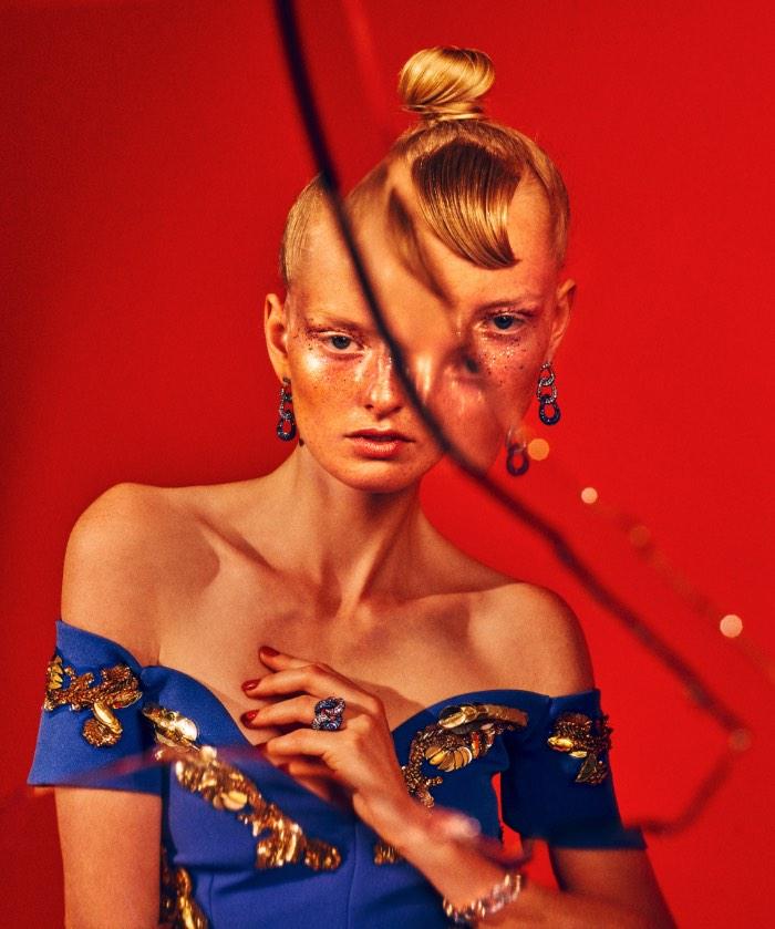 My Reflection é o nome desse ensaio fotográfico de Elizaveta Porodina para a revista Gala aqui da Alemanha. A modelo das fotos é Soetkin Van Look e eu gostei muito da composição das fotos e de como as cores e o tratamento das mesmas acabou criando um visual vintage que me lembra um pouco a fotografia de moda dos anos setenta. Mas com muito mais estilo e qualidade agora.