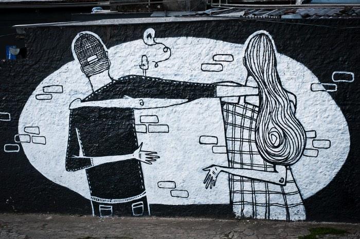 Os trabalhos de Alex Senna são feitos em preto e branco e essa decisão estética foi feita para pagar tributo a vida mundana das pessoas simples. Algumas delas vem com sombras que são distorcidas por ângulos inexistentes e acabam criando uma espécie de ilusão de ótica que eu adorei ver. Muitos desses trabalhos foram feitos na região da Pompéia, um dos lugares que morei na capital paulista.